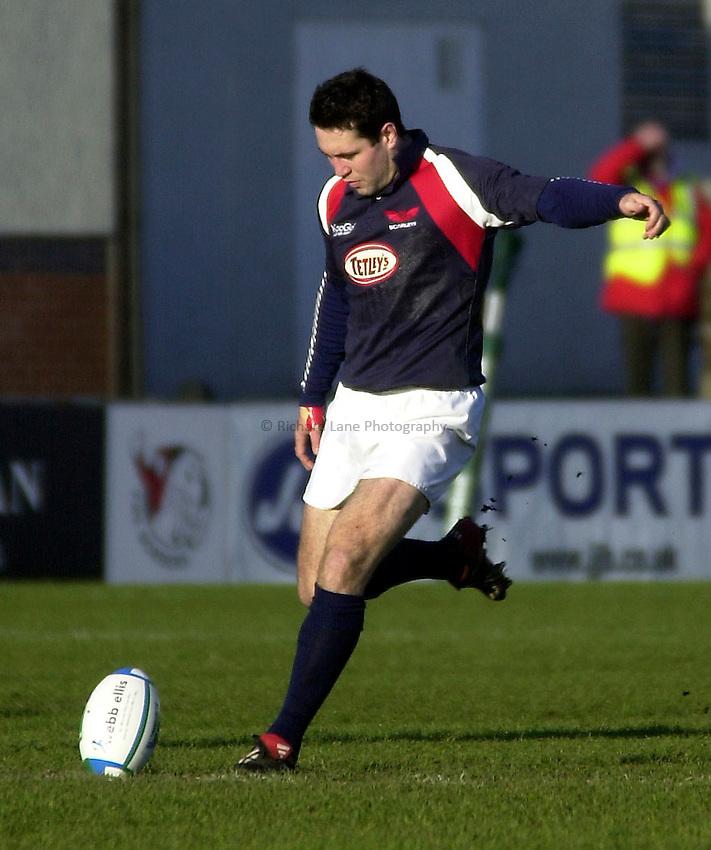 Photo. Glyn Thomas..Scottish Borders v Llanelli Scarlets. Heineken Cup..Netherdale, Galashiels. 14/12/2003..Stephen Jones.