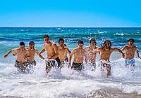 Malta, Golden Bay: Gruppe maennlicher Jugendlicher laufen aus dem Wasser zum Strand | Malta, Golden Bay: group of young men running out of the water