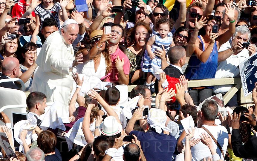 Papa Francesco saluta i fedeli al termine della cerimonia di beatificazione di Papa Paolo VI in Piazza San Pietro, Citta' del Vaticano, 18 settembre 2014. La messa conclude un Sinodo di due settimane sul tema della famiglia.<br /> Pope Francis waves to faithful at the end of the beatification ceremony of Pope Paul VI in St. Peter's Square at the Vatican, 18 October 2014. The mass closes a two-week synod on family issues.<br /> UPDATE IMAGES PRESS/Riccardo De Luca<br /> <br /> STRICTLY ONLY FOR EDITORIAL USE
