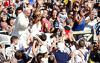 Papa Francesco saluta i fedeli al termine della cerimonia di beatificazione di Papa Paolo VI in Piazza San Pietro, Citta' del Vaticano, 18 settembre 2014. La messa conclude un Sinodo di due settimane sul tema della famiglia.<br /> Pope Francis waves to faithful at the end of the beatification ceremony of Pope Paul VI in St. Peter's Square at the Vatican, 18 October 2014. The mass closes a two-week synod on family issues.<br /> UPDATE IMAGES PRESS/Riccardo De Luca<br /> <br /> STRICTLY ONLY FOR EDITORIAL USE