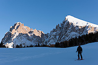 Italy, South Tyrol, Alto Adige, Dolomites, Santa Cristina Valgardena: at Alpe di Siusi with Sasso Lungo and Sasso Piatto mountains | Italien, Suedtirol, Dolomiten, Seiseralm mit Langkofel und Plattkofel, letzte Abfahrt, die Lifte sind bereits geschlossen.