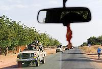 NIGER, 2000 Soldaten mit mobilen Toyota Pickups der Interventionstruppe aus dem Tschad auf Durchreise auf der Strasse von Maradi nach Niamey nach Nordmali als Verstaerkung des ECOWAS Kontingent im Kampf gegen Islamisten / NIGER, 2000 soldier from Chad with armed Toyota pickup on the way to Mali, they are part of ECOWAS mission in the Mali war to support french troops