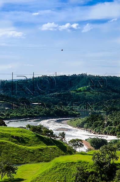 Espuma de poluição no Rio Tietê às margens da cidade de Pirapora do Bom Jesus - SP, 04/2014. cidade situada na margem do Rio Tietê poluido - área metropolitana de São Paulo.
