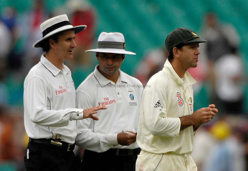 Photo: Steve Holland..Australia v England. 3 mobile Test Series, The Ashes 2006/07, 5th Test. 2/01/2007..Australia's Ricky Ponting talks with umpires about the bad light.