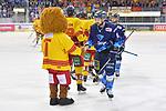David Elsner (Nr.61 - ERC Ingolstadt) beim Shake Hands nach dem Spiel beim Spiel in der DEL, ERC Ingolstadt (dunkel) - Duesseldorfer EG (hell).<br /> <br /> Foto © PIX-Sportfotos *** Foto ist honorarpflichtig! *** Auf Anfrage in hoeherer Qualitaet/Aufloesung. Belegexemplar erbeten. Veroeffentlichung ausschliesslich fuer journalistisch-publizistische Zwecke. For editorial use only.