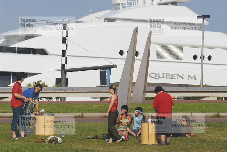 - Barcelona, large yacht in the tourist port of Port Vell ....- Barcellona, grande yacht nel porto turistico di Port Vell..