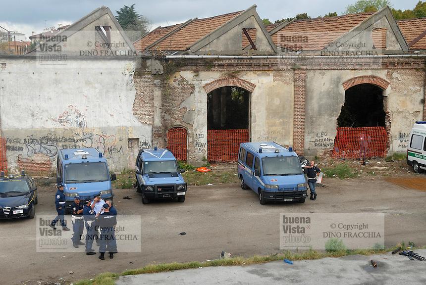 - Rumanian Rom immigrants occupies the ex Snia Viscosa plant in Pavia..- immigrati Rom romeni occupano lo stabilimento ex Snia Viscosa a Pavia