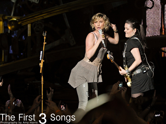 Jennifer Nettles and Kristian Bush of Sugarland perform at Blossom Music Center on May 13, 2011 in Cleveland, Ohio.