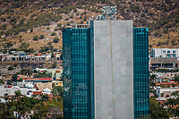 Edificio, torre de Hermosillo y en el fondo el residencial la Jolla, de la clase pudiente, ubicado en una colina de la ciudad en medio del desierto de Hermosillo, Sonora Mexico <br />