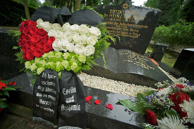 Gedenkveranstltung anlaesslich des 20. Todestages von Heinz Galinski, ehem. Vorsitzender der juedischen Gemeinde zu Berlin.<br /> Im Bild: Blumen-Gesteck in der Farben der palaestinensischen Nationalfarben am Grab von Heinz Galinski. Das Gesteck stammt von Evelyn Hecht-Galinski, Tochter von Heinz Galinski und ihrem Ehemann Benjamin Hecht. Auf der Schleife des Gestecks ist das Galinski-Zitat: &quot;Ich habe Auschwitz nicht ueberlebt, um zu neuem Unrecht zu schweigen&quot;.<br /> 19.7.2012, Berlin<br /> Copyright: Christian-Ditsch.de<br /> [Inhaltsveraendernde Manipulation des Fotos nur nach ausdruecklicher Genehmigung des Fotografen. Vereinbarungen ueber Abtretung von Persoenlichkeitsrechten/Model Release der abgebildeten Person/Personen liegen nicht vor. NO MODEL RELEASE! Nur fuer Redaktionelle Zwecke. Don't publish without copyright Christian-Ditsch.de, Veroeffentlichung nur mit Fotografennennung, sowie gegen Honorar, MwSt. und Beleg. Konto: I N G - D i B a, IBAN DE58500105175400192269, BIC INGDDEFFXXX, Kontakt: post@christian-ditsch.de<br /> Bei der Bearbeitung der Dateiinformationen darf die Urheberkennzeichnung in den EXIF- und  IPTC-Daten nicht entfernt werden, diese sind in digitalen Medien nach &sect;95c UrhG rechtlich geschuetzt. Der Urhebervermerk wird gemaess &sect;13 UrhG verlangt.]