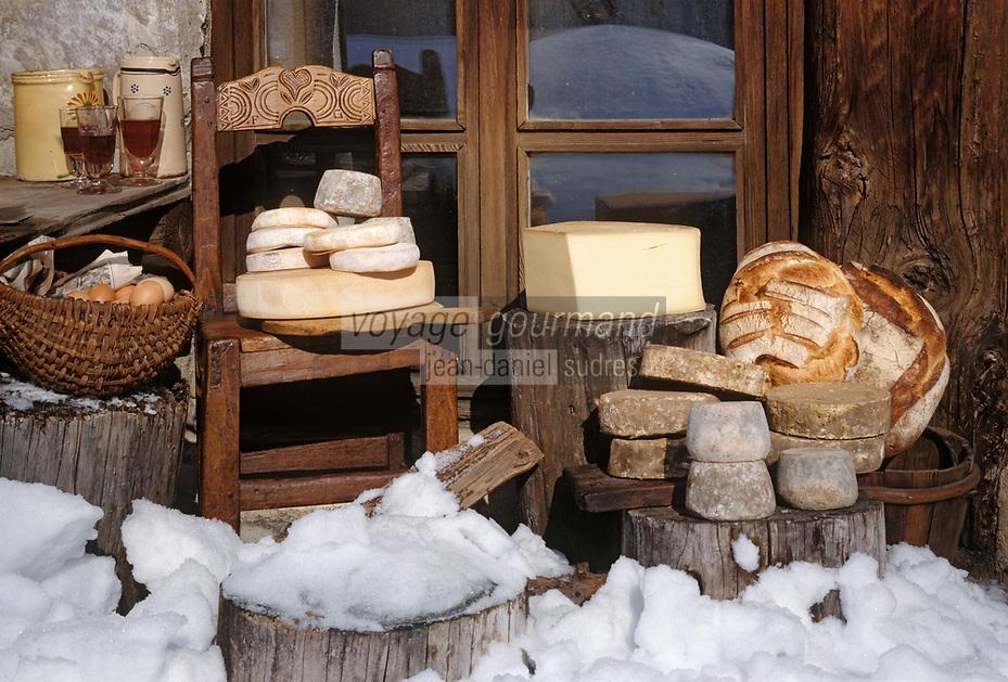 Europe/ France/ Savoie/Val d'Isère: Fromages de Savoie AOC -Tomme -Beaufort AOC-Reblochon AOC photographiés devant un vieux chalet du hameau du Fornet