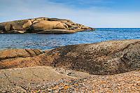 Klippor vid havet vid Hallskär i Stockholms skärgård.