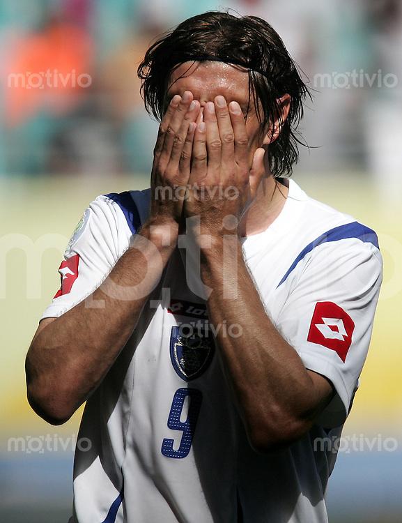 Fussball WM 2006l Gruppenspiel Vorrunde in Leipzig: Serbien Montenegro - Holland, Serbia and Montenegro - Netherlands Savo Milosevic (SCG) haelt sich die Haende vor das Gesicht.
