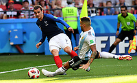 KAZAN - RUSIA, 30-06-2018: Antoine GRIEZMANN (Izq) jugador de Francia disputa el balón con Ever BANEGA (Der) jugador de Argentina durante partido de octavos de final por la Copa Mundial de la FIFA Rusia 2018 jugado en el estadio Kazan Arena en Kazán, Rusia. / Antoine GRIEZMANN (L) player of France fights the ball with Ever BANEGA (R) player of Argentina during match of the round of 16 for the FIFA World Cup Russia 2018 played at Kazan Arena stadium in Kazan, Russia. Photo: VizzorImage / Julian Medina / Cont