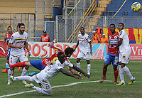 PASTO -COLOMBIA, 09-08-2014. Deiver Machado (#25) jugador de Alianza Petrolera bloquea a Bosco Silvio Frontan (#9) jugador del Deportivo Pasto durante partido por la fecha 4 Liga Postobón II 2014 jugado en el estadio La Libertad de Pasto./ Deiver Machado (#25) player of Alianza Petrolera blocks to Bosco Silvio Frontan (#9) player of Deportivo Pasto during the match for the 4th date of Postobon  League II 2014 played at La Libertad stadium in Pasto. Photo: VizzorImage / Leonardo Castro / STR?