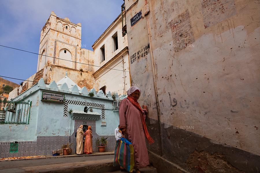 Algerie. Oran. 09 Avril 2011.La koubba dediee au saint Sidi Houari creent une agitation au coeur de la ville d'Oran « la radieuse ». Les pelerins s'y pressent et partagent en offrande, argent et nourriture.