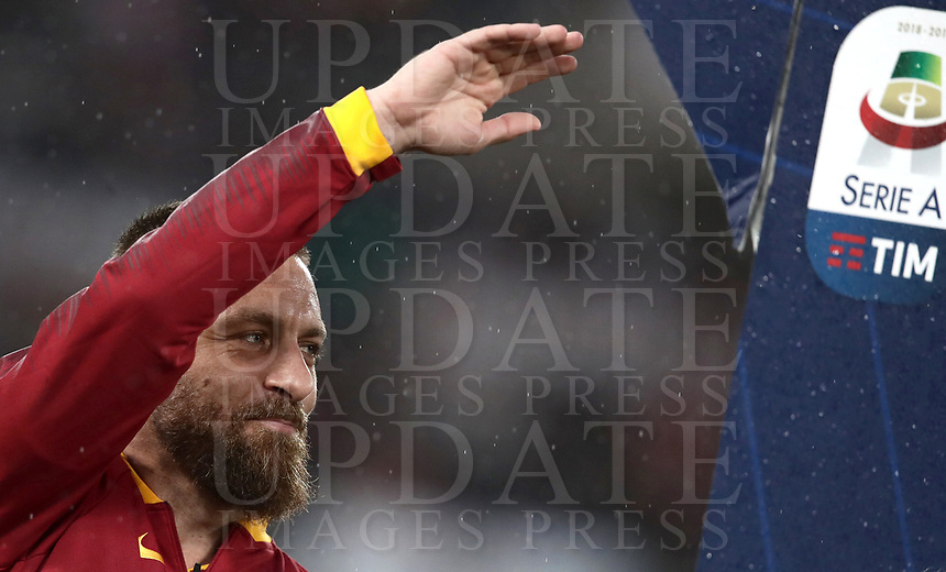 Football, Serie A: AS Roma - Parma, Olympic stadium, Rome, May 26, 2019. <br /> Roma's captain Daniele De Rossi greets fans prior to the Italian Serie A football match between Roma and Parma at Olympic stadium in Rome, on May 26, 2019.<br /> UPDATE IMAGES PRESS/Isabella Bonotto