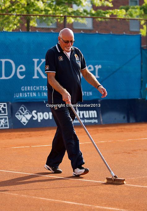 04-09-13,Netherlands, Alphen aan den Rijn,  TEAN, Tennis, Tean International Tennis Tournament 2013, Tean International ,  Umpire sweeping the line on a clay court <br /> Photo: Henk Koster
