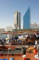 Vereinigte arabische Emirate (VAE),  Dubai, Dhau vor National Bank of Dubai und Chamber of Commerce and Industry