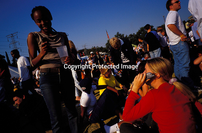 dicommu00107  JOHANNESBURG, SOUTH AFRICA - : Unidentified people dancing and partying at a music festival  in Johannesburg, South Africa. Teenagers. Mix race. Cell phone, communication .(Photo: Per-Anders Pettersson/iAfrika Photos