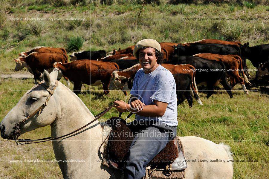 URUGUAY Tacuarembo, Gauchos auf Pferd arbeiten auf Rinderfarmen /<br /> URUGUAY Tacuarembo Gauchos on horse at cattle farm
