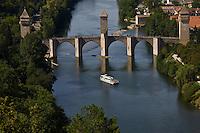 Europe/France/Midi-Pyrénées/46/Lot/Cahors:Bateau de promenade dans la vallée du Lot et le Pont Valentré