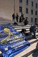 ROMA. 2 MARZO 2005.UNIVERSITA' LA SAPIENZA.MANIFESTAZIONE STUDENTI E RICERCATORI PRECARI CONTRO LA RIFORMA MORATTI .NELLA FOTO :SAN PRECARIO.FOTO SIMONA GRANATI
