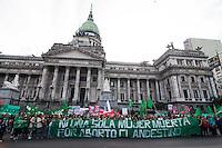 BUENOS AIRES, ARGENTINA, 29.09.2014 - PROTESTO PRO ABORTO - Manifestantes marcham para o Congresso Nacional da Argentina para exigir a discussão nas Câmaras de uma lei que permite o aborto livre, legal e segura. Entre 450 mil e 600 mil abortos ilegais são realizados na Argentina a cada ano, principalmente sob condições de risco, fazendo com que o aborto é a primeira causa de mortalidade materna. Em Buenos Aires capital da Argentina, nesta segunda-feira, 29. (Foto: Patricio Murphy / Brazil Photo Press).