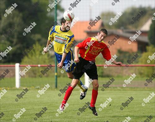 2009-04-19 / Voetbal / Ezaart - Verbroedering Balen / Kopduel tussen Willem Meynen van Ezaart en Maarten Put van Balen..Foto: Maarten Straetemans (SMB)