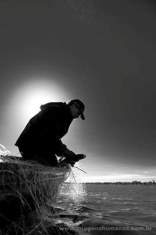 Comunidade de Santa Isabel no município Arroio Grande no Rio Grande do Sul. Pescador  Gaúcho (Vorni dos Santos Silva)  pescando no canal São Gonçalo na área da Lagoa Formosa, Granja 4 irmãos e Sangradouro, pertencentes a bacia Patos Mirim .Comunidade tradicional