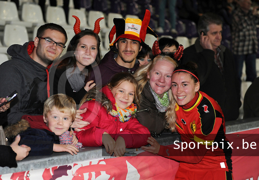 Belgian Red Flames - Portugal (31/10/2013) :<br /> Claudia Demoustier (R) viert de 4-1 zege tegen Portugal met de supporters<br /> foto Dirk Vuylsteke / nikonpro.be