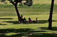 SÃO PAULO, SP, 03 DE FEVEREIRO DE 2012 - CALOR IBIRAPUERA  - Paulistano aproveita tarde ensolarada e quente no Parque do Ibirapuera. FOTO: ALEXANDRE MOREIRA - NEWS FREE.