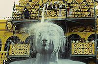 INDIA place Sravana Belagola state Karnataka , every 12 years the Jains celebrate the festival Mahamastakbisheka at the 55 feet high monolithic granite statue of Lord Bahubali and pour milk, colored liquids and spices / INDIA Karnataka , Alle 12 Jahre feiern die Jainas das Festival Mahamastakbisheka in Shravana Belagola , die 17 Meter hohe Statue aus Granit ihres heiligen Bahubali oder Gommata oder Gomateshvara wird mit farbigen Fluessigkeiten Gewuerzessenzen Milch Puderzucker übergossen , Jains praktizieren als oberstes Gebot Gewaltverzicht ahimsa und sind strikte Vegetarier