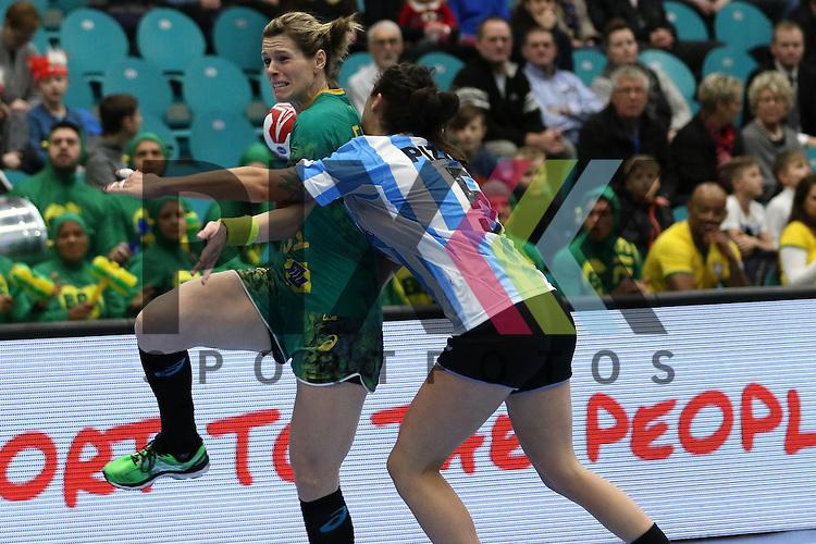 Kolding (DK), 010.12.15, Sport, Handball, 22th Women's Handball World Championship, Vorrunde, Gruppe C, Argentinien-Brasilien : Deonise Cavaleiro (Brasilien, #81), Manuela Pizzo (Argentinien, #05)<br /> <br /> Foto &copy; PIX-Sportfotos *** Foto ist honorarpflichtig! *** Auf Anfrage in hoeherer Qualitaet/Aufloesung. Belegexemplar erbeten. Veroeffentlichung ausschliesslich fuer journalistisch-publizistische Zwecke. For editorial use only.