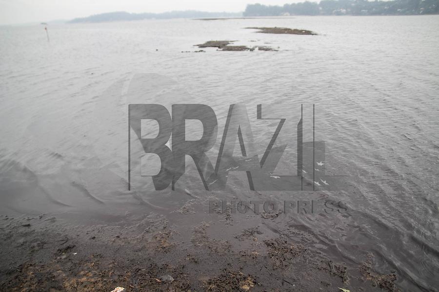SAO PAULO, SP - 04.11.2014 - SECA | REPRESA GUARAPIRANGA - <br /> Regi&atilde;o da represa do Guarapiranga amanhece com leve chuva <br /> nesta ter&ccedil;a-feira (04), mas a represa ainda mant&eacute;m n&iacute;vel <br /> baixo e apresenta novos bancos de areia, ac&uacute;mulo de lixo e <br /> animais mortos. Segundo a &uacute;ltima medi&ccedil;&atilde;o da Sabesp, o <br /> sistema Guarapiranga est&aacute; com 38,4% e aumentou o desvio de <br /> &aacute;gua dele para atender a regi&atilde;o da cidade atendida pelo <br /> sistema cantareira.<br /> <br /> <br /> (Foto: Fabricio Bomjardim / Brazil Photo Press)