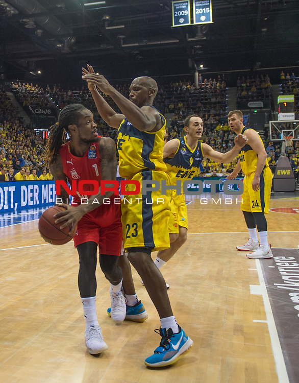 01.12.2019, EWE Arena, Oldenburg, GER, easy Credit-BBL, EWE Baskets Oldenburg vs Brose Bamberg, im Bild<br /> Paris LEE (Brose Bamberg #1 ) Rickey PAULDING (EWE Baskets Oldenburg #23 )<br /> Foto © nordphoto / Rojahn