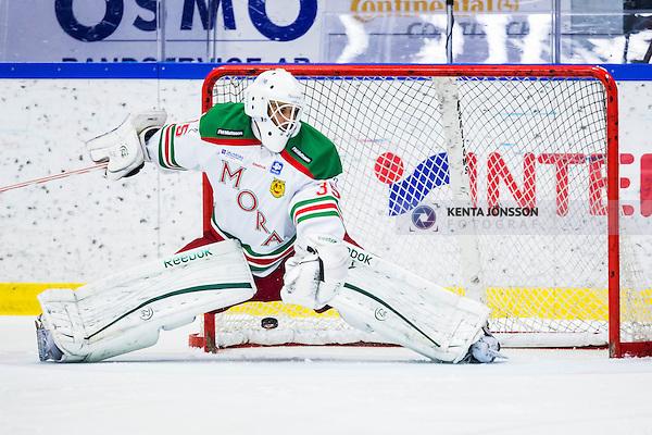 S&ouml;dert&auml;lje 2013-12-12 Ishockey Hockeyallsvenskan S&ouml;dert&auml;lje SK - Mora IK :  <br /> Mora m&aring;lvakt 35 Mantas Armalis sl&auml;pper in den avg&ouml;rande straffen fr&aring;n S&ouml;dert&auml;lje 22 Jesper Th&ouml;rnberg  <br /> (Foto: Kenta J&ouml;nsson) Nyckelord: