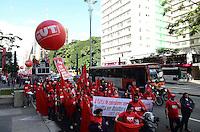 SAO PAULO, 29 DE JUNHO DE 2012 - ATO PELA MOBILIDADE URBANA - Integrantes da CUT e manifestantes em passeata que saiu MASP e segue para a secretaria de transporte na regiao da Se, em manifestacao por melhorias no transporte e denuncia de precariedades, na avenida Paulista, regiao central da capital. FOTO: ALEXANDRE MOREIRA - BRAZIL PHOTO PRESS