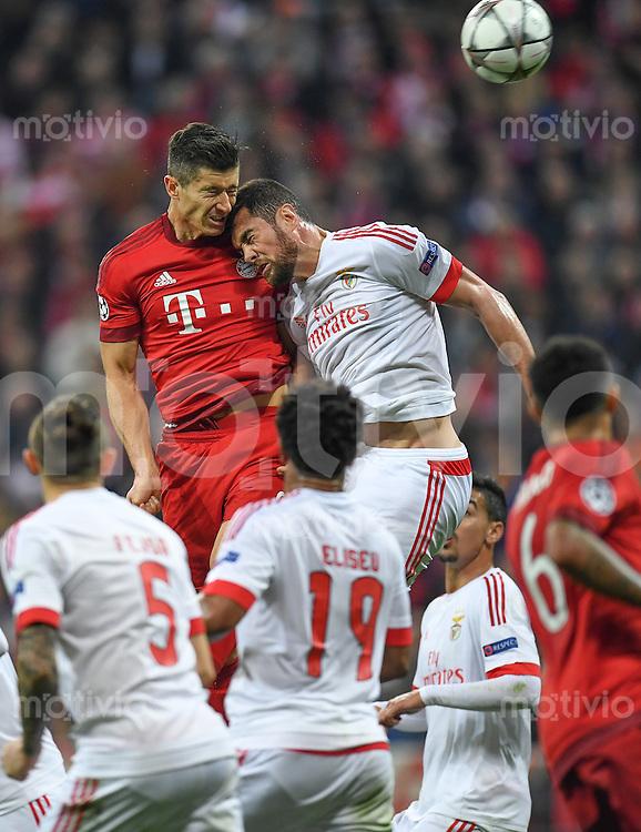 FUSSBALL CHAMPIONS LEAGUE  SAISON 2015/2016 VIERTELFINALE HINSPIEL FC Bayern Muenchen - Benfica Lissabon         05.04.2016 Robert Lewandowski (li, FC Bayern Muenchen) gegen Jardel (re, Benfica Lissabon)