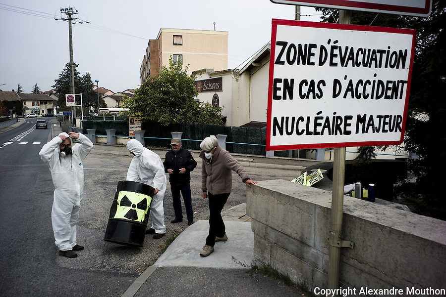 Activists of the associative network Exit From Nuclear. They organize communication activities. Here, they hang a sign at the entrance of the city of Loyettes, 10 km from the plant of Bugey. Many residents work at the plant. Volunteers are not generally welcomed by residents who benefit, in one way or another, from the economic benefits associated with the presence of the nuclear site. They argue that day to put that common signs like this to alert citizens. In the event of a major accident, the city of Lyon would be directly affected, it is only 35 km.<br />
