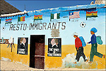 Fresque sur le mur d'un restaurant le Resto des Immigrants / Reportage sur les migrants africains / Nouadhibou / Mauritanie / Afrique / Migrants restaurant in Nouadhibou / Africa