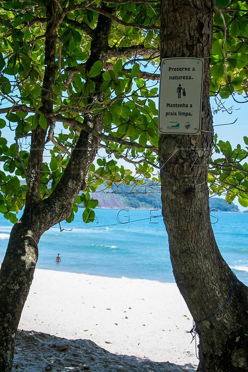 """Placa com a informação de """"Preserve a naturezal"""" na Praia do Sono, Paraty - RJ, 01/2016."""