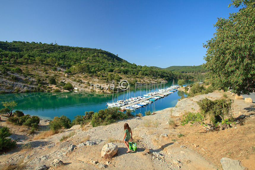 France, Alpes-de-Haute-Provence (04), parc naturel régional du Verdon, basses Gorges du Verdon, Esparron-de-Verdon, petit port de plaisance sur le lac d'Esparron // France, Alpes de Haute Provence, Parc Naturel Regional du Verdon (Natural Regional Park of Verdon), low Gorges of the Verdon river, Esparron de Verdon, little marina on Esparron Lake