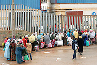 Donne marocchine, portatrici di merci, in fila per accedere ad El Biutz, varco merci illegale di Ceuta verso il Marocco. Ceuta, 8 febbraio 2010<br /> <br /> Moroccan women, goods bearers, standing in a queue waiting to cross El Biutz, Ceuta illegal goods border to Morocco. Ceuta, February 8, 2010