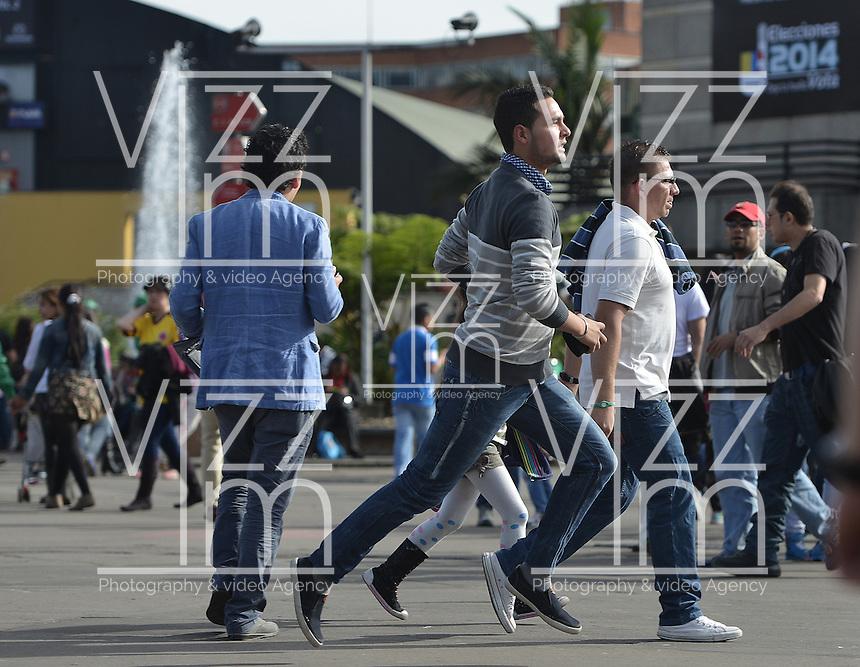 BOGOTÁ -COLOMBIA. 25-05-2014. Un elector de último minuto corre para votar en Corferias BOgota durante la jornada de elecciones Presidenciales en en Colombia que se realizan hoy 25 de mayo de 2014 en todo el país./ An elector runs to vote in Corferias Bogota during the day of Presidential elections in Colombia that made today May 25, 2014 across the country. Photo: VizzorImage/ Gabriel Aponte / Staff