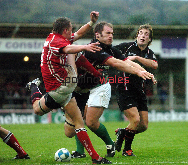 CAPTION: LLANELLI  SCRUM HALF LIAM DAVIES HAS HIS CLEARANCE KICK CHARGED DOWN BY EDINBURGH FLANKER ALASDAIR STROKOSCH.LLANELLI V EDINBURGH, EUROPEAN CUP, STRADEY PARK, LLANELLI, WALES,, SATURDAY 29th OCTOBER 2005.COPYRIGHT: FOTOSPORT/DAVID GIBSON, MILLSTONE BROW, BY CARNWATH, LANARKSHIRE, ML11 8LJ, SCOTLAND, UK TEL: 01501 785 060 MOBILE: 00 44 7774 444 787