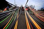 Naast de Brienenoordbrug in Rotterdam begeleiden grondwerker met hulp van twintig manshoge spoelen, het doortrekken van - nog lege - glasvezelkabels onder de Nieuwe Maas. Met maar liefst 55 plastic buizen in één 56 cm brede buis onder de rivier door, behoort het tot één van de grootste kabelaanlegtrajekten van ons land. De aanleg van deze 850 meter lange kabelkoker is onderdeel van een projekt ter verbetering van de infrastructuur voor de telecommunicatie. COPYRIGHT TON BORSBOOM