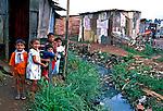 Crianças na favela de Heliópolis em São Paulo. 1994. Foto de Juca Martins.