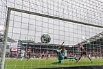 22.07.2017, Millerntor-Stadion, Hamburg, GER, FSP, FC St. Pauli vs SV Werder Bremen<br /> <br /> im Bild<br /> Fin Bartels (Werder Bremen #22) mit Torschuss und Treffer zum 1:1 gegen Robin Himmelmann (St. Pauli #30), aufgenommen mit remote / Hintertorkamera, <br /> <br /> Foto &copy; nordphoto / Ewert