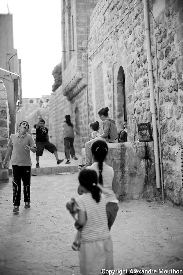 Les ruelles de la vieille ville de Mardin o&ugrave; vivent les familles kurdes et arabes les plus pauvres. La municipalit&eacute; a entrepris de paver les passages afin de diminuer l'insalubrit&eacute; et de pr&eacute;server la richesse urbanistique et architecturale.<br /> <br /> The streets of the old city of Mardin where Kurdish and Arab poorest families live. The municipality has undertaken to pave the passages to reduce unsafe and preserve the urban and architectural wealth.
